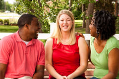 Groupe de personnes divers parlant et riant Image libre de droits