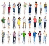 Groupe de personnes diverses à l'aide des dispositifs de Digital photographie stock