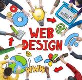 Groupe de personnes diverses discutant au sujet du web design image stock