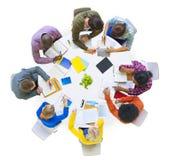 Groupe de personnes diverses faisant un brainstorm dans l'équipe Image libre de droits