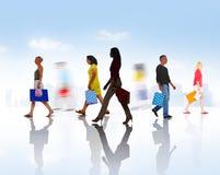 Groupe de personnes diverses marchant avec des paniers Photographie stock libre de droits