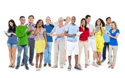 Groupe de personnes diverses multi-ethniques à l'aide des dispositifs de Digital image stock