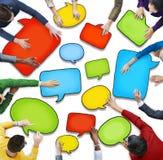 Groupe de personnes diverses tenant des bulles de la parole illustration stock