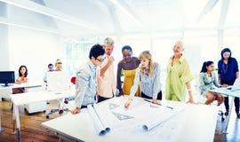 Groupe de personnes diverses travaillant dans le bureau photographie stock libre de droits