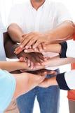 Groupe de personnes empilant des mains ensemble Photos libres de droits