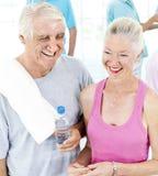 Groupe de personnes en bonne santé dans la forme physique exerçant le concept Image stock