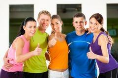 Groupe de personnes en gymnastique Photographie stock libre de droits