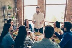 Groupe de personnes enthousiastes célébrant le succès du nouveau proj d'affaires Images stock