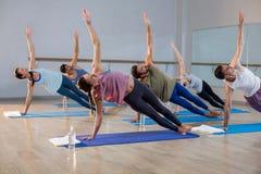 Groupe de personnes exécutant le yoga image stock