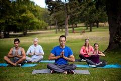 Groupe de personnes exécutant le yoga image libre de droits