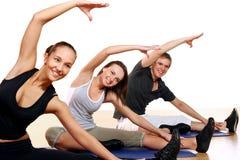 Groupe de personnes faisant des exercices de forme physique Photographie stock libre de droits