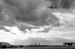 Groupe de personnes faisant des photos des avions images stock