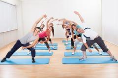 Groupe de personnes faisant l'aérobic Photo stock