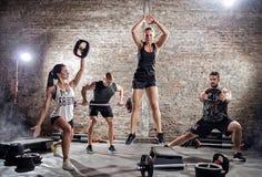 Groupe de personnes faisant l'exercice différent photos stock