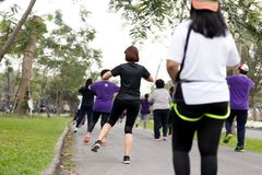 Groupe de personnes faisant la danse d'aérobic d'exercice Photographie stock