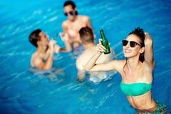 Groupe de personnes faisant la fête dans la piscine Images stock