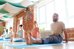 Groupe de personnes faisant la pose de personnel de yoga au studio Photographie stock