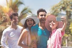 Groupe de personnes gai incitant à portrait de photo de Selfie la course de sourire heureuse de mélange à équiper et la femme fai Images libres de droits
