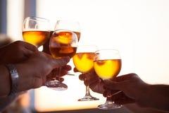 Groupe de personnes grillant avec du vin blanc Photographie stock