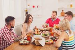 Groupe de personnes heureuses au dîner de fête de table Photos libres de droits