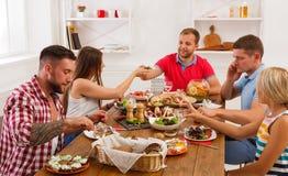 Groupe de personnes heureuses au dîner de fête de table Image stock