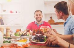 Groupe de personnes heureuses au dîner de fête de table Photographie stock libre de droits