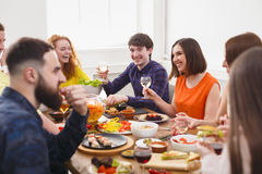 Groupe de personnes heureuses au dîner de fête de table Photo stock
