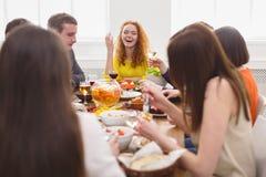 Groupe de personnes heureuses au dîner de fête de table Image libre de droits