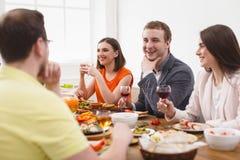 Groupe de personnes heureuses au dîner de fête de table Images stock