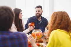 Groupe de personnes heureuses au dîner de fête de table Photo libre de droits