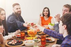 Groupe de personnes heureuses au dîner de fête de table images libres de droits