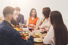 Groupe de personnes heureuses au dîner de fête de table Joli parler de filles Image libre de droits