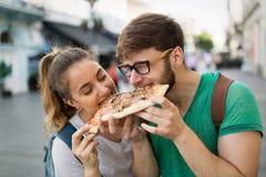 Groupe de personnes heureux mangeant de la pizza dehors Images libres de droits