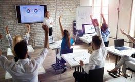 Groupe de personnes heureux r?ussi apprenant la technologie et les affaires de la programmation pendant la pr?sentation images stock