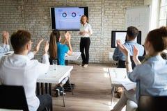 Groupe de personnes heureux r?ussi apprenant la technologie et les affaires de la programmation pendant la pr?sentation photo libre de droits