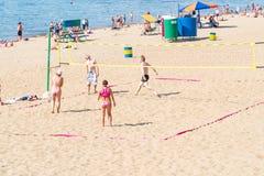 Groupe de personnes, hommes et femmes jouant le volleyball de plage Photographie stock libre de droits