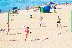 Groupe de personnes, hommes et femmes jouant le volleyball de plage Image libre de droits