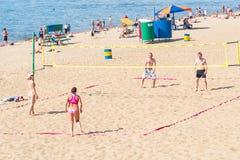Groupe de personnes, hommes et femmes jouant le volleyball de plage Photographie stock