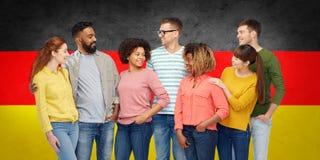 Groupe de personnes international au-dessus de drapeau allemand Photos libres de droits