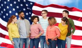 Groupe de personnes international au-dessus de drapeau américain Image stock