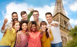 Groupe de personnes international au-dessus de Tour Eiffel Image stock