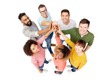 Groupe de personnes international faisant la haute cinq Image libre de droits