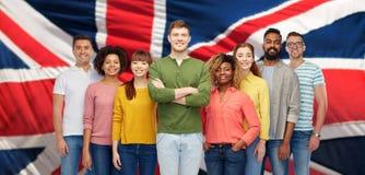 Groupe de personnes internationales au-dessus de drapeau anglais Photographie stock libre de droits