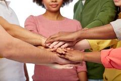 Groupe de personnes internationales avec des mains ensemble Image libre de droits