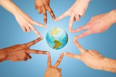 Groupe de personnes internationales montrant le signe de paix Image stock