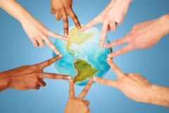 Groupe de personnes internationales montrant le signe de paix Photographie stock libre de droits