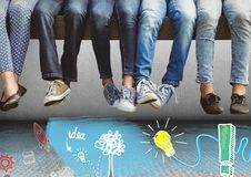 Groupe de personnes jambes du ` s se reposant sur le banc au-dessus des graphiques de dessin d'idée Image stock
