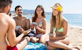 Groupe de personnes jouant des cartes Image libre de droits