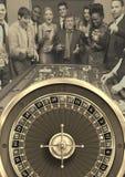 Groupe de personnes jouant le jeu de roulette de casino photo stock