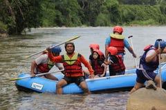 Groupe de personnes jouant transportant par radeau sur une rivi?re qui a un ?coulement lourd, photo libre de droits
